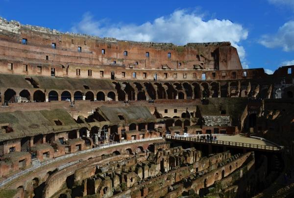 El Coliseo desde adentro. Recordemos que fue fundado en el 67 D.C. y se banco un rayo en el 200 que lo prendió fuego. Miren lo enterito que está