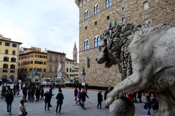 El león que da la entrada a la Logia