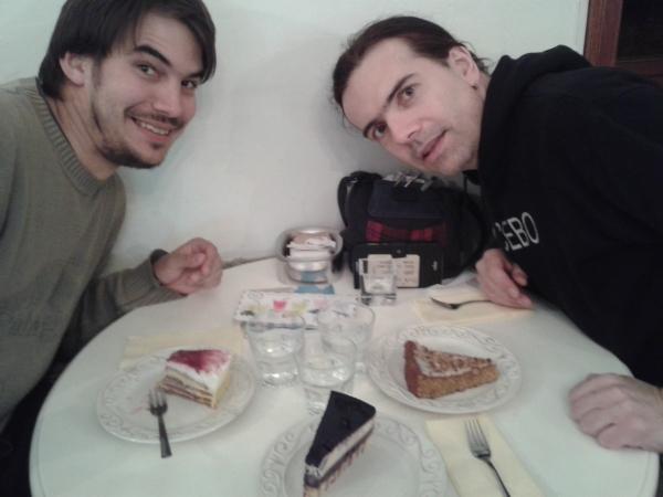 Comiendo tortas en Amelie. Dane y Seba (que se tiene que afeitar :P )