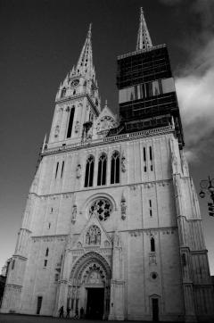 Catedral de Zagreb - Se comenzó a construir en el 1093. Cuando estaban por hacer el campanario tuvieron que usar los materiales para las murallas. Esas murallas siguen en pie y son de las mas antiguas (y en mejor estado) en Europa.