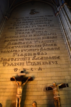 Adentro de la Catedral de la Asunción de la Virgen María (que es la Catedral de Zagreb). Dentro de la iglesia se pueden ver todos los estilos por los que pasó a lo largo de su construcción.