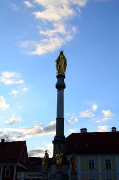 """""""La Madre de Dios y los ángeles"""" – Esta escultura está en el frente de la Catedral. La estatua que se ve más alta es """"la madre de Dios"""", y los cuatro ángeles de abajo representan las cuatro virtudes cristianas: fe, esperanza, castidad (?) y modestia."""