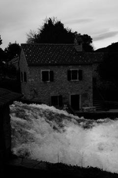 El río desbordado. Las casas son testigo
