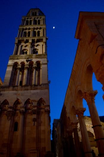 De noche en el casco histórico de Split. El campanario, y debajo de éste, los restos de Diocleciano.
