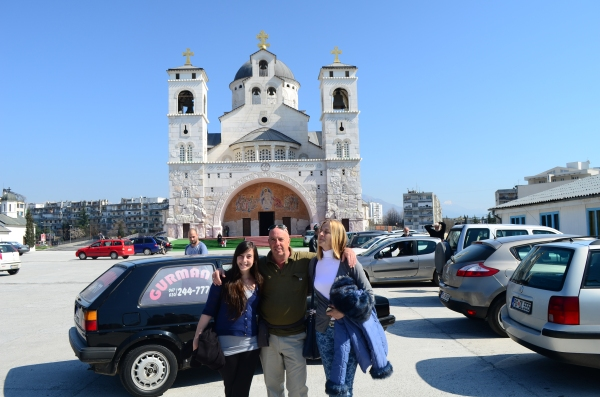 Flor, Chris y Blazenka en la Catedral ortodoxa de Podgorica