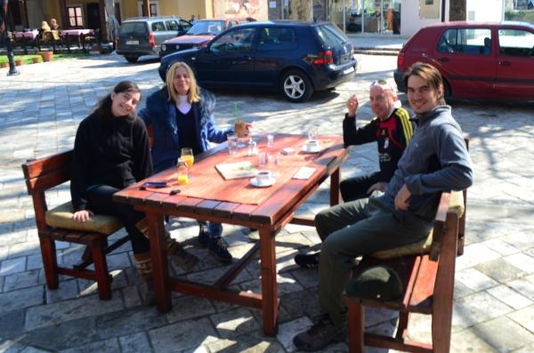 Los cuatro tomando un cafecito que nos invitaron. Grandes personas Baggi y Chris