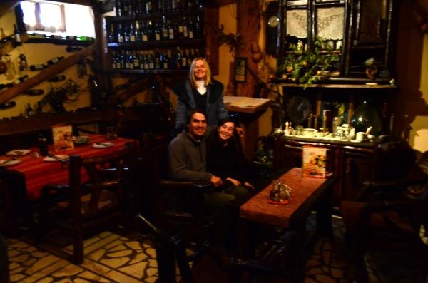 Paseando, nos invitaron a pasar a esa casa de vinos. Muy bonita.