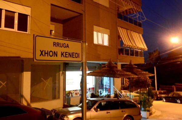 """¿Neocolonialismo? En Albania existe un gran nivel de amiguismo con Estados Unidos por su """"intervención"""" en la guerra de los Balcanes. La calle Xhon Kenedi es un ejemplo, junto a la estatua del ex primer ministro estadounidense y una calle que se llama """"George W.Bush"""". Impensado"""