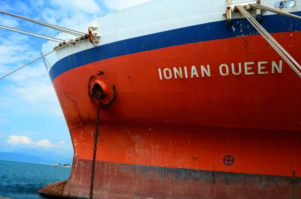Barco en el puerto de Patras