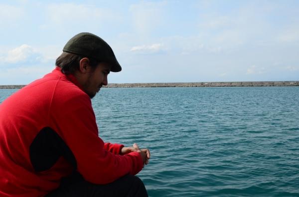 Seba pensativo, mirando los peces
