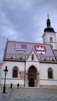 Iglesia de San Marcos con techo colorido.  Re bonita, del siglo XIII.