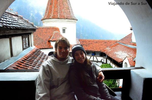 El Castillo de Bran, el de Dracula. La nieve y la niebla cooperan para que la visita sea con el misterio que se merece