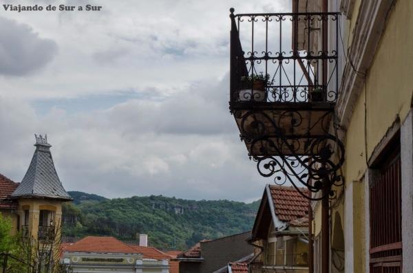 Balcones de Veliko Tarnovo – De fondo, las montañitas y los techitos hacen un horizonte genial
