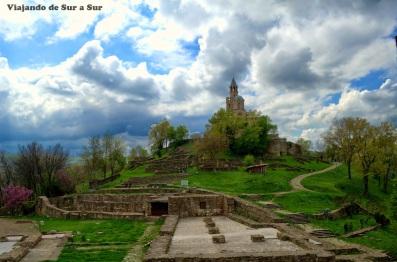 Ruinas de la fortaleza y en lo alto de la colina, la iglesia católica - Veliko Tarnovo Bulgaría