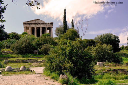El antiguo Templo de Hefesto (Dios de la Metalurgia) y Atenea Ergané (Diosa de la cerámica) del siglo VII.