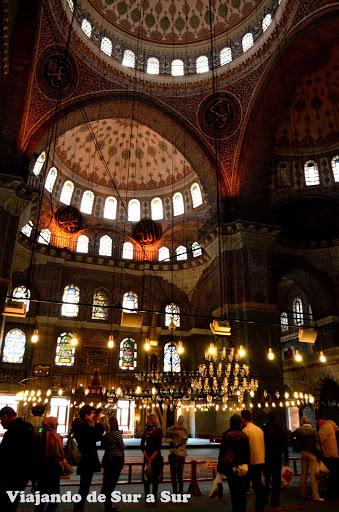 """La """"Nueva Mezquita"""", una de las más imponentes, coquetas por dentro  y visitadas. Apenitas entando a Asia"""