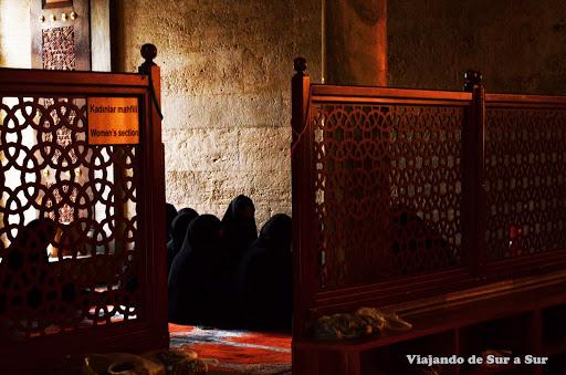 """Mujeres rezando en el """"Women´s section"""", dentro de la Mezquita Suleymaniye – No es una convención de ninjas, no"""