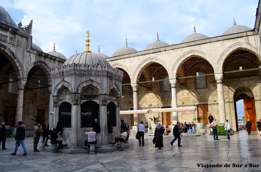 """El patio de la """"Nueva Mezquita"""" donde se pueden ver a los hombres lavándose los pies. La sacamos de lejos, pero se puede apreciar."""