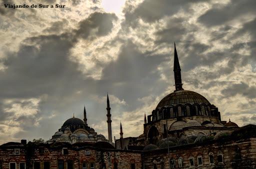 Mezquitas cada 100 metros – típica vista de la ciudad, si miras para arriba, claro