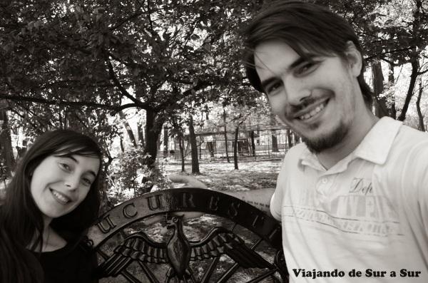 En las plazas/parques de Bucarest – El banco atestigua nuestra ubicación