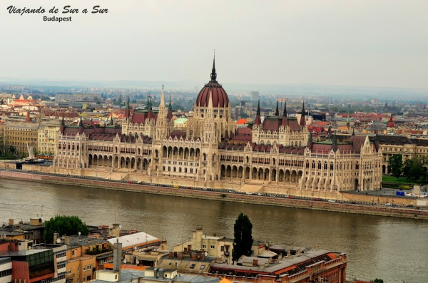 Cero!!! Y si, es realmente bonito. El Danubio le besa los pies a este Parlamento de estilo gótico, como Batman (?)