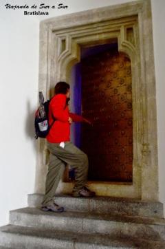 Un poco de esto trataba este post. De las puertas abiertas. Acá entrando en el tesoro del Castillo de Bratislava…