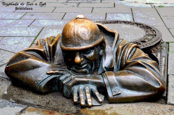 Típica y famosisima boca-calle de Bratislava. Tienen estatuas adornando sus veredas por toda la ciudad