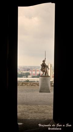 Foto sacada desde adentro del Castillo de Bratislava. La espada en alto no es de San Martín