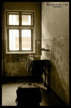 """El bloque 11, el único que se mantiene intacto por dentro. Las canillas donde lavaban la ropa los """"privilegiados""""."""