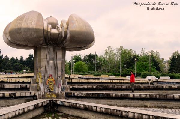 Gottwaldovo Namestie, histórica plaza de la Eslovaquia comunista – Seba chiquito al lado del monumento