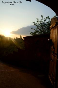 Saliendo de la Fortaleza Hohensalzburg, el atardecer nos invita a caminar un rato más