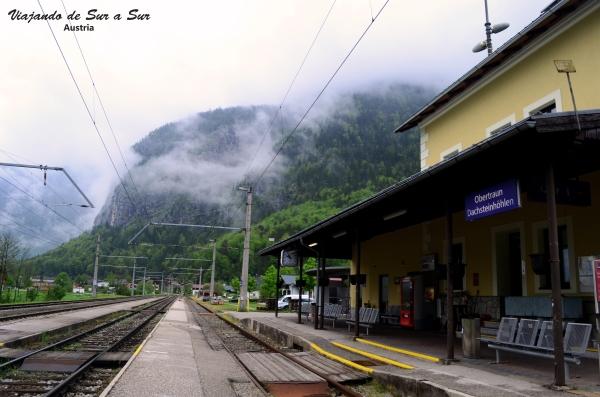 La estación de trenes de Obertraun. Las nubes tapan las cimas de las montañas en la mañana