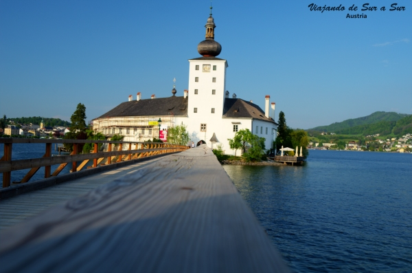 El Ort en medio del agua - El puente de madera une la islita con la ciudad