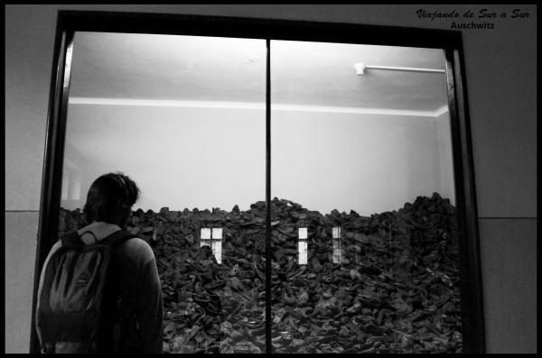 Uno de los tantos ventanales con zapatos de los judíos asesinados. El reflejo de la ventana es inevitable. Esta vez, Seba contemplando no está en un borde... o sí