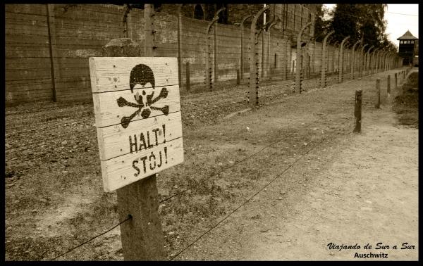Los cercos, los muros, los alambres, las torres de vigilancia... los carteles