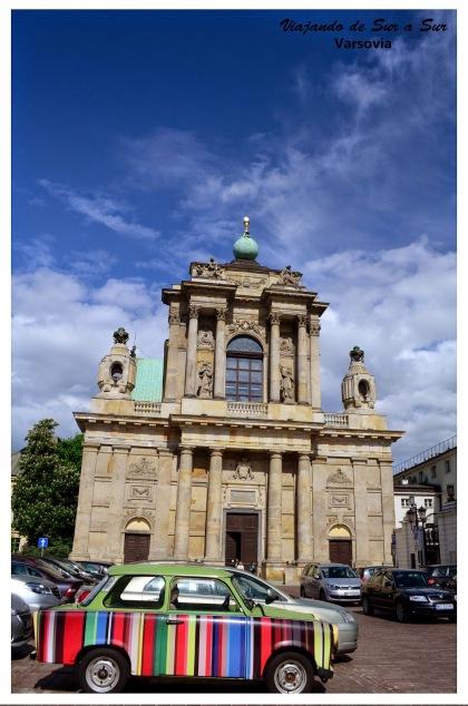 Iglesia reconstruida en Varsovia. El autito le da un toque genial a la escena
