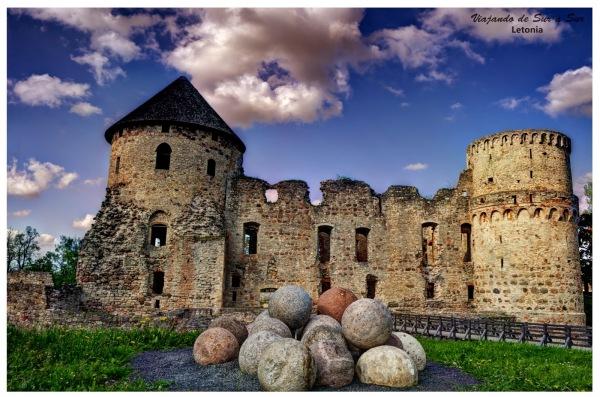 Castillo de Cesis. Las piedras circulares que se ven abajo, son municiones reales de catapulta de la época.