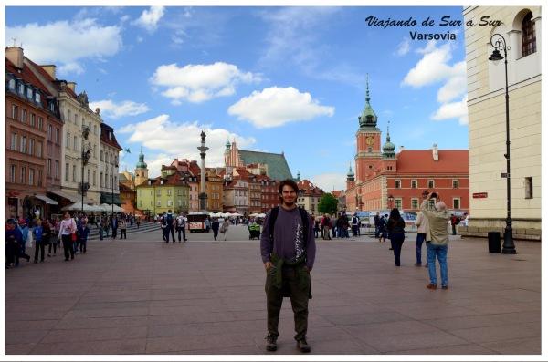 """Seba en la """"entrada"""" a la Old Town. Todos los edificios que se ven en la foto fueron destruidos en la Segunda Guerra."""