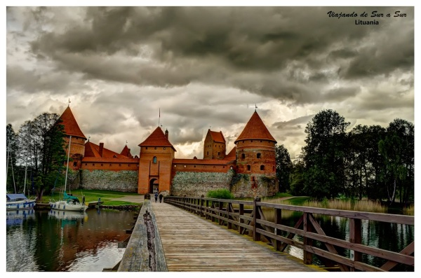 El genial castillo de Trakai. Las nubes asoman curiosas