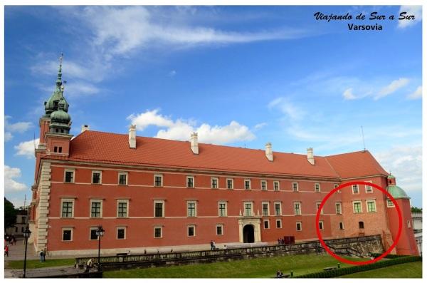 El Palacio Real. Lo que está marcado con el círculo rojo es para que se vean esos ladrillos de otro color, que es la única parte que sobrevivió a la Segunda Guerra Mundial. Todo el resto había sido destruido y fue reconstruido con  los escombros de la construcción anterior.