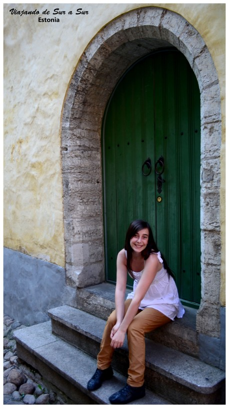 Flor en el umbral de una puerta antigua