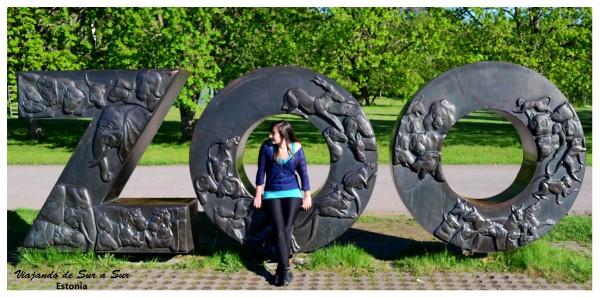 Posando en la entrada del Zoo :P