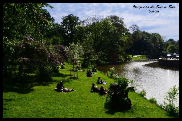 La gente descansando y disfrutando del aire libre