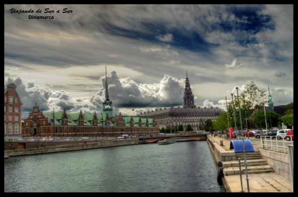 A la izquierda la bolsa de Copenhague y a la derecha el Christiansborg Slot. Estos dos edificios frente al Canal de Holmens le dan un lindo toque a la ciudad.