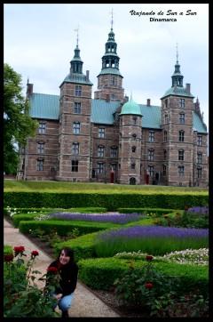 Flor entre las rosas de los jardines del Palacio de Rosenborg