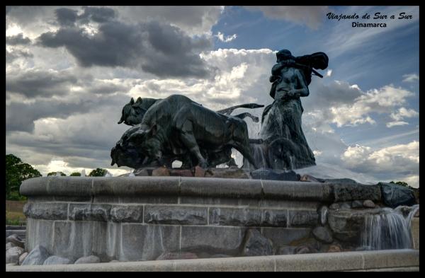Fuente de Gefion. Cuenta con un gran grupo de figuras de animales inspirados en la legendaria diosa Gefjun de la mitología nórdica. Está situada en el Parque Langelinie junto a la fortaleza de Kastellet y es uno de los monumentos más grandes de Copenhague