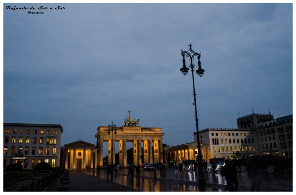 La puerta de Brandenburg iluminada