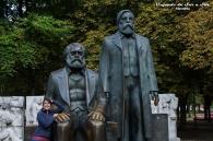Flor no pudo resistir la tentación de fotografiarse con Marx y Engels