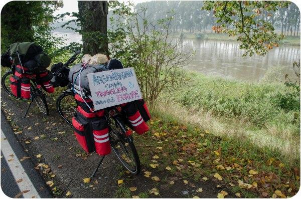 Nuestras bicis cargadisimas al costado del Rio Elba