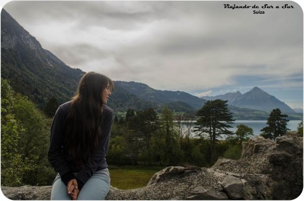 Flor contemplando uno de los lagos de Interlaken desde las ruinas del castillo de Unspunnen